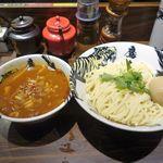 麺屋武蔵 鷹虎 - 辛濃厚味玉つけ麺が目の前に運ばれてきました。