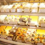 ル・パティシェ ヤマダ - 季節の新商品も多く並びます