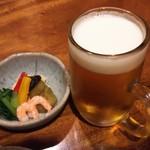 53246014 - 生ビールとお通し。焼きナス等の野菜をあしらったセンスの良い逸品です。