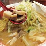 味噌蔵ふくべえ - 炒め野菜とネギたっぷり~!       豚バラ肉のチャーシューは角切りです。