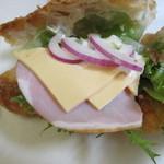三日月屋 - 三日月のクロワッサンにハム・チーズ・オニオン・レタスを挟んだシンプルなサンドイッチです。