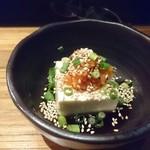 チャルマン - お通し。豆腐にキムチが載せられてます。