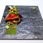 53256672 - 香川県産オリーブ牛の低温ロースト グリーンペッパー風味                       ピスタチオのソース キノコの傘 アーティチョーク
