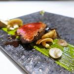 リストランテ ドゥエ フィオーリ - 香川県産オリーブ牛の低温ロースト グリーンペッパー風味 ピスタチオのソース キノコの傘 アーティチョーク
