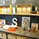 サタデイズ チョコレート ファクトリー カフェ - 店内のカカオの棚