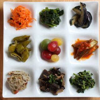季節毎に旬の味覚を味わう≪本日の野菜前菜9種盛り合わせ≫。