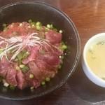53271553 - 黒毛和牛のたたき丼とセットのスープ