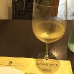 イルチッチォーネ - グラスの白ワイン
