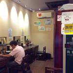 中華そば くにまつ - 店内風景。奥にテーブル席がある。