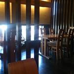 古菅 - 入口近くのテーブル席は、クッションなしだけど意外と座り易いの♪