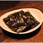 53288861 - お通しはやっぱり韓国海苔。手堅く美味い。