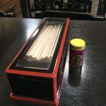 高原食堂 - テーブル上にはおなじみの七味が(2016年6月)