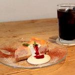 アシエンダ・カフェ - アイスコーヒー 450円、ラズベリーベイクドチーズケーキ 500円