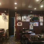 李さんのおいしい中華屋 - 奥が厨房