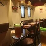李さんのおいしい中華屋 - ハンガーは壁にあります