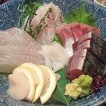 53303823 - こだわりもん一家 西葛西店 本日の鮮魚 お造里五種盛り合わせ 1,980円(税別) な~んと真ん中の白いかはサービス♪
