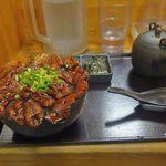 炭焼豚丼 豚野郎 - ほどなくして、大豚丼と、豚茶漬けセットが運ばれてきました。