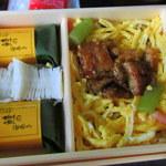 ゐざさ - お弁当中身。笹巻寿司の間にあるのがてまり寿司、右は付け焼き鱧のちらし寿司。