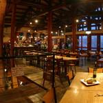 ジョジョズ カフェ&バー - 廃校になった体育館をリノベーション