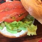 ラッキー ベーグル - サーモンと相性の良いアボカドとクリームチーズにレタスとトマトを サンドしたボリュームたっぷりの人気サンド