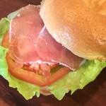 ラッキー ベーグル - 生ハム&レタス&トマトのシンプルな味がベーグルの小麦の味を引き立てます。