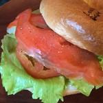 ラッキー ベーグル - スモークサーモン&レタス&トマトのサンド。 ベーコンやハムなどの肉類が苦手な方におすすめ。
