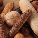 ナチュラルプレイス - 焼き立てパンは特にハード系が人気