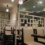 廣東飯店 - 清潔感のある1階客席。