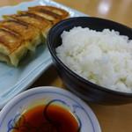 53341552 - 幸福定食を頼んだら、最初に餃子とご飯が出てきました。