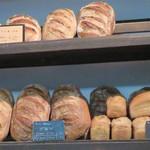 ブーランジェリー ドリアン 八丁堀店 - もう少しマイルドなタイプのパンもあります。ナッツやフルーツ入り、ライ麦を使ってないブロン、スパイス入りのパン・デピスなど。
