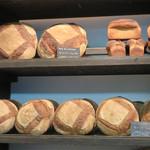 ブーランジェリー ドリアン 八丁堀店 - カンパーニュがメインなので地味ですが、ヨーロッパの昔のパン屋さんみたいです。