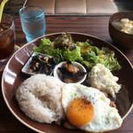 カフェバー 巣バコ - 本日のプレート 鶏肉のガパオ プラス珈琲