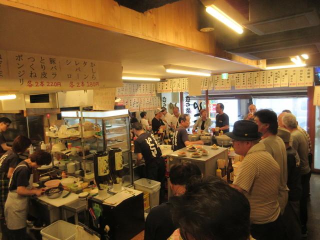立飲みいこい 本店 - 週末15:00の店内は、親爺達に交じり若い女性のグループも!