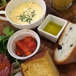 53348011 - スープとラタトゥイユ、パン