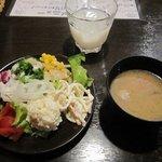 うまいもの市場 TAPA - ランチの「サラダ&ドリンク&豚汁バー」。
