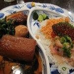 うまいもの市場 TAPA - ランチメインの「豚の角煮とハーフ&ハーフ丼(\1000)」。