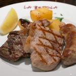 ラ・ベットラ・ダ・オチアイ - ミックスグリル(左から仔羊、秀味豚、自家製ソーセージ)