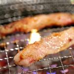 焼肉 さわぎ - 牛カルビ調理中