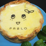 焼きたてチーズタルト専門店PABLO - チーズタルトの上に梨風味のゼリーがコーティングされていて、 ふなっしーのお顔が描かれた透明フィルムが敷いてあります。 これ、焼印だったらもっといいのにねっ