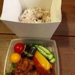 つぐみカフェ - ランチボックスは雑穀米とおかずの二段