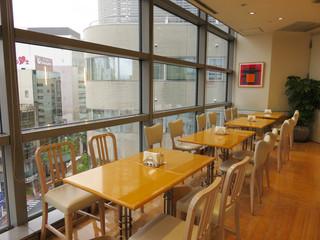 キハチカフェ 福岡三越店 - 福岡市の繁華街・天神の百貨店『福岡三越』内にあります。 天神の街並みや西鉄電車が見える窓際の席。