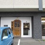 ラ ブーランジェリー オーベルジュ - 旧3号線、和白通り沿いのビルの一階にあるお洒落なパン屋さんです。