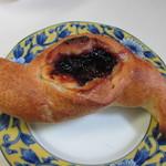 ラ ブーランジェリー オーベルジュ - ブルーベリーとクリームチーズのフランスパン250円。