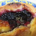 ラ ブーランジェリー オーベルジュ - 2種類のブルベリーソースの味を楽しめる甘いパン、飲んだ後甘い物が欲しくなるんで甘いパンも選んでみました。