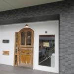 ラ ブーランジェリー オーベルジュ - お店は福工大前バス停の向こう側のビルの一階にあります。
