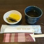 手打ちそば 弥栄 - お新香と番茶