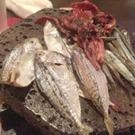 横浜風しゃぶしゃぶ鍋と焼酎・地酒居酒屋 甕仙人 関内蔵 - 雑魚の干物 溶岩焼き