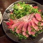 横浜風しゃぶしゃぶ鍋と焼酎・地酒居酒屋 甕仙人 関内蔵 - 鴨白焼きサラダ