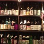 横浜風しゃぶしゃぶ鍋と焼酎・地酒居酒屋 甕仙人 関内蔵 - 左右、前方は厳選されたお酒だらけ!