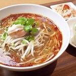 トムヤムヌードルの麺を国産おぼろ豆腐に置き換えたヘルシートムヤムメニュー